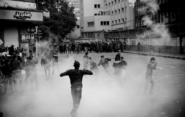 Bombas de gás lacrimogêneo usadas pelo governo para dispersar manifestantes no Cairo, no Egito Foto: Hossam el-Hamalawy