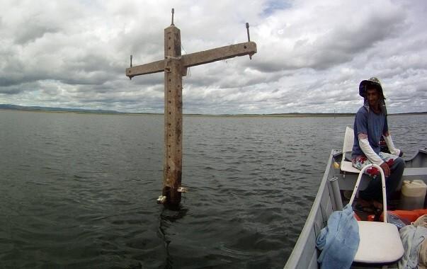 Com a diminuição do nível das águas do Castanhão estruturas da antiga Jaguaribara emergiram (Foto: Coletivo Nigéria)