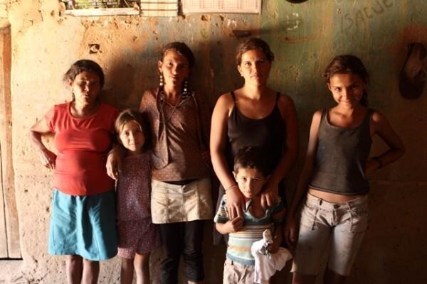 """Domingas Pereira da Lima, 28 anos, não se arrepende de ter abandonado o marido. """"Ele ficava namorando com uma e com outra e eu num resisti, vim embora"""", conta"""
