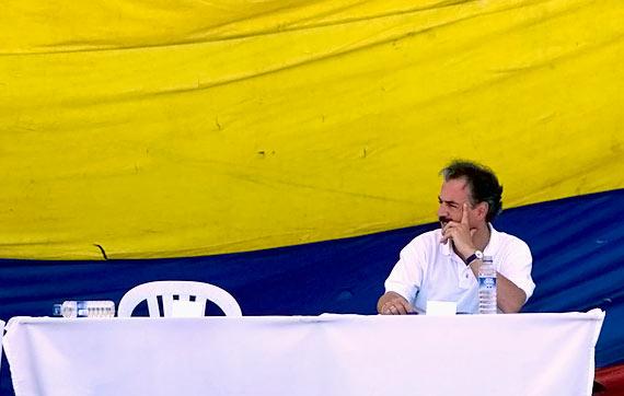"""A imagem da """"silla vacía"""" que marcou o fracasso das negociações de paz entre o governo colombiano e as FARC em XXX. O líder guerrilheiro não apareceu e deixou o presidente Andrés Pastrana esperando. Foto: reprodução/EL País"""