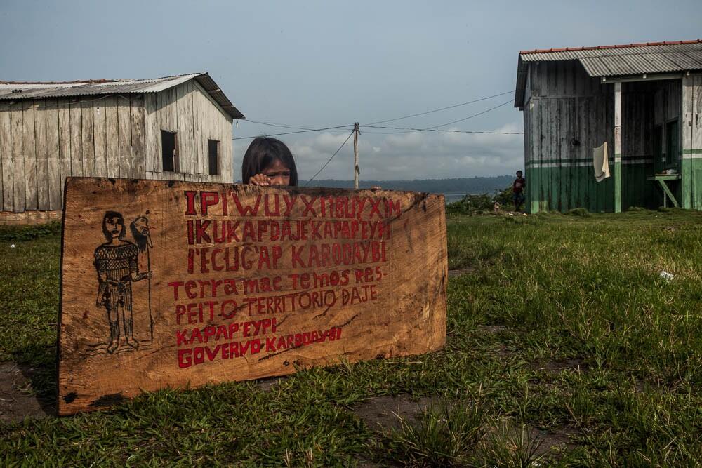 Pintada na aldeia, a placa da autodemarcação evoca o passado guerreiro desse povo. Foto: Marcio Isensee e Sá