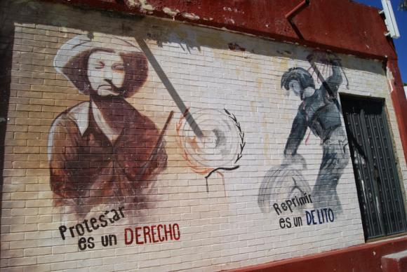 """""""Protestar é um direito; reprimir é um delito"""", diz pintura na Escola Rural Raúl Isidro Burgos, em Ayotzinapa. Foto: Leandra Felipe/Agência Brasil"""