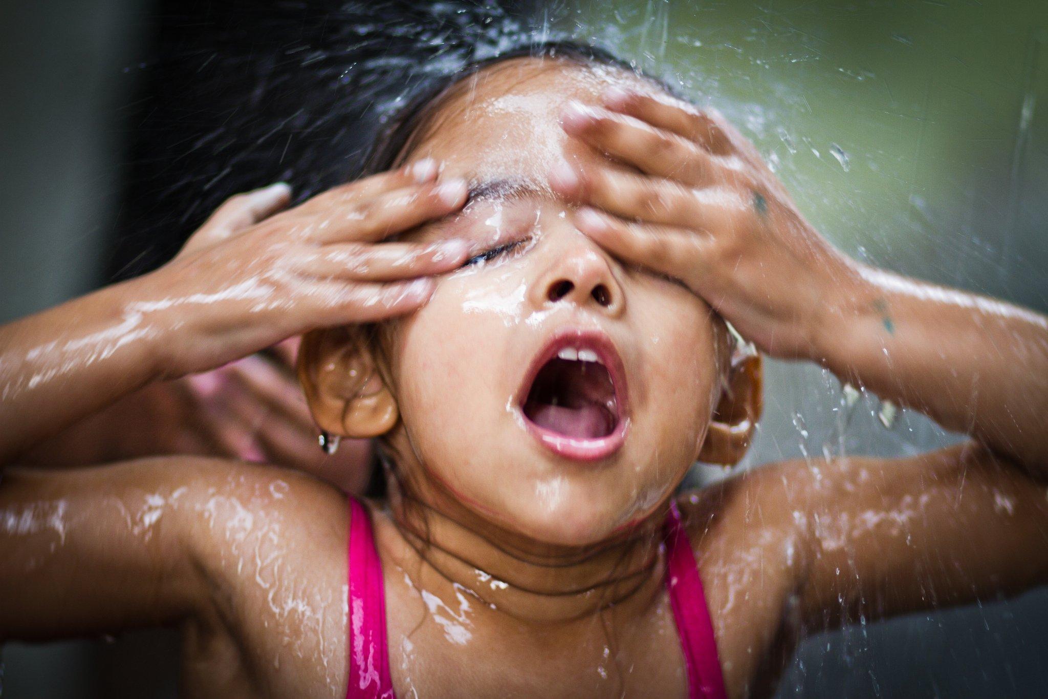 Banho na Viela. Janeiro de 2014, Jardim Ibirapuera, Zona Sul/SP. Foto: Joseh Sillva