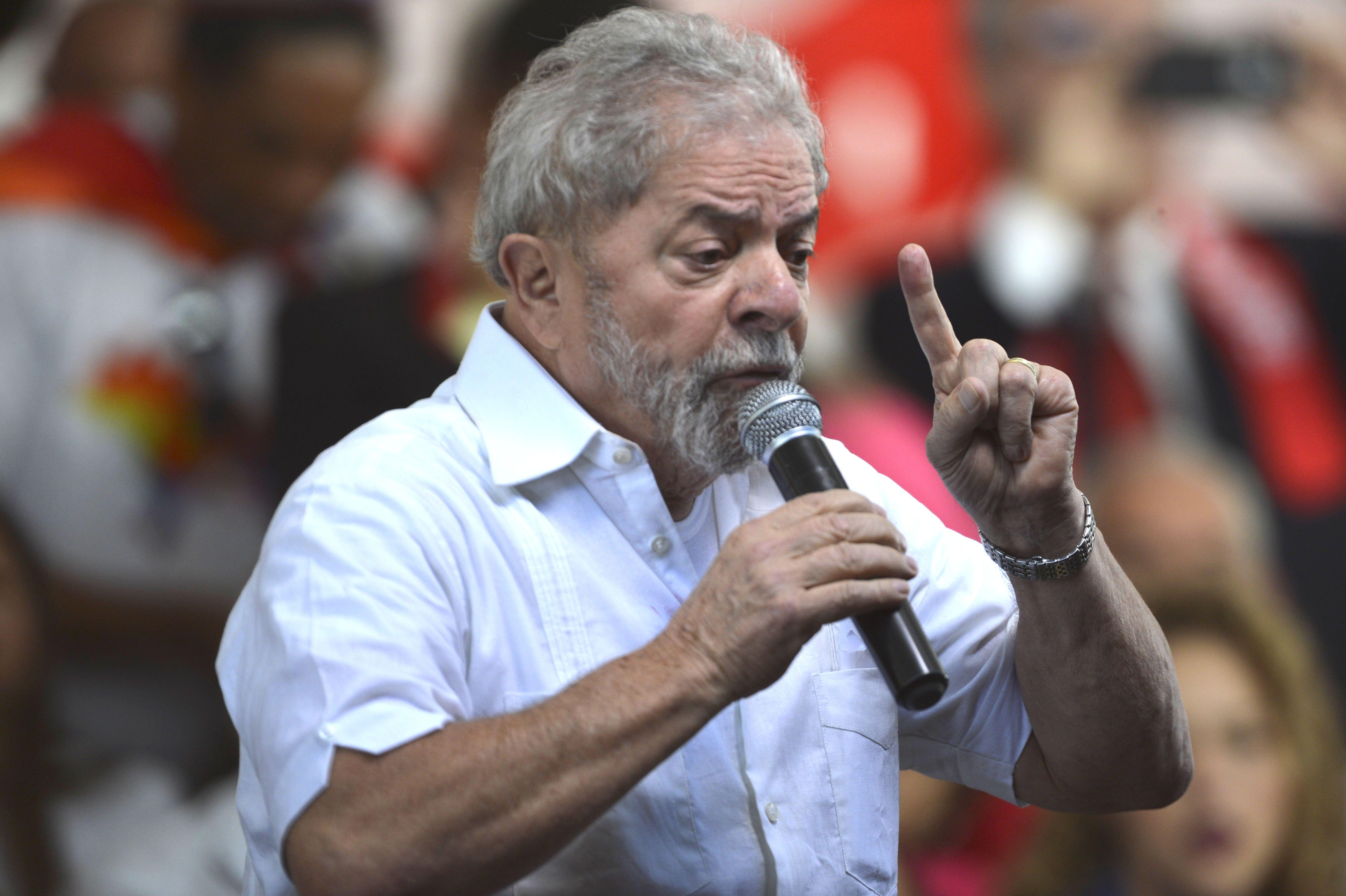 Lula discursa durante manifestação contrária ao impeachment de Dilma Rousseff: Bolsa Família encolheu e depois cresceu durante a gestão Temer