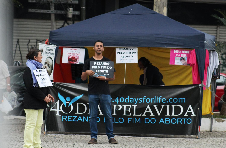 """Celene Salomão, à esquerda, junto a outros integrantes do grupo """"40 Dias Pela Vida SP"""", pedem pelo fim do aborto em frente ao hospital"""